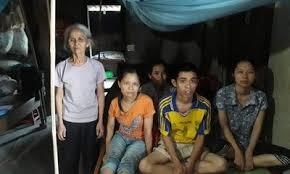 Cảnh đời éo le của cụ bà bốc gạch nuôi 4 con bệnh tật, khờ dại - Ảnh 1