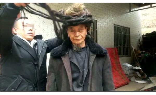 Cận cảnh mái tóc 54 năm không một lần cắt của ông lão 77 tuổi - Ảnh 2