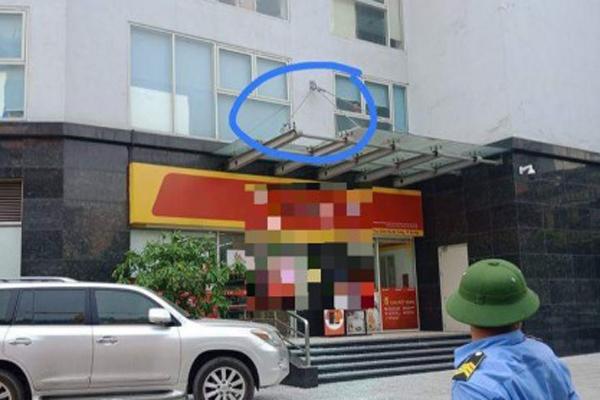 Hà Nội: Bé trai 4 tuổi rơi từ tầng 11 chung cư đã tử vong tại bệnh viện - Ảnh 1