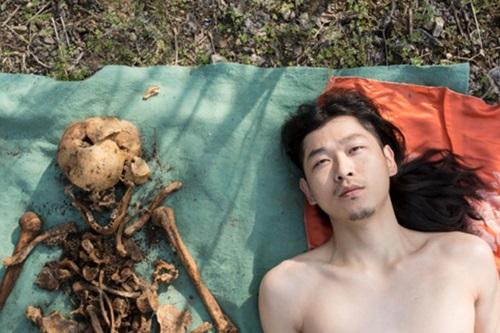 """Chấn động Trung Quốc: Con quật mồ cha, chụp ảnh nude với hài cốt để """"làm nghệ thuật"""" - Ảnh 1"""