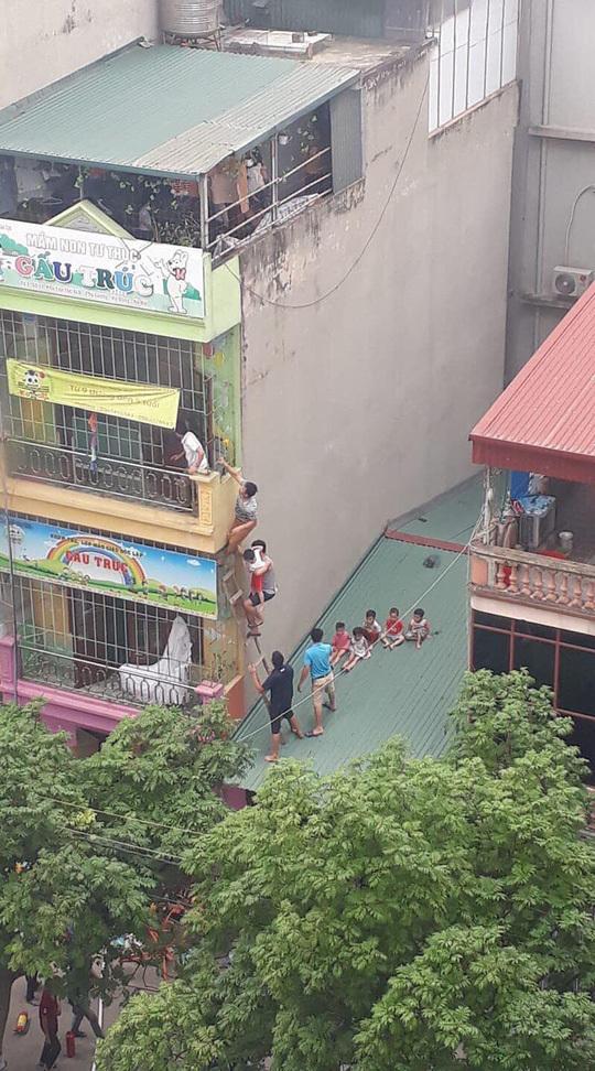 Video: Nhiều trẻ mầm non ở Hà Nội được giải cứu khỏi đám cháy an toàn - Ảnh 1