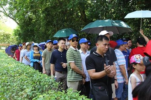 Người dân khắp mọi miền về khu di tích Kim Liên tưởng nhớ ngày sinh nhật lần 129 của Chủ tịch Hồ Chí Minh - Ảnh 1