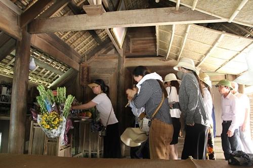 Người dân khắp mọi miền về khu di tích Kim Liên tưởng nhớ ngày sinh nhật lần 129 của Chủ tịch Hồ Chí Minh - Ảnh 2