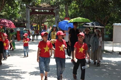 Người dân khắp mọi miền về khu di tích Kim Liên tưởng nhớ ngày sinh nhật lần 129 của Chủ tịch Hồ Chí Minh - Ảnh 3