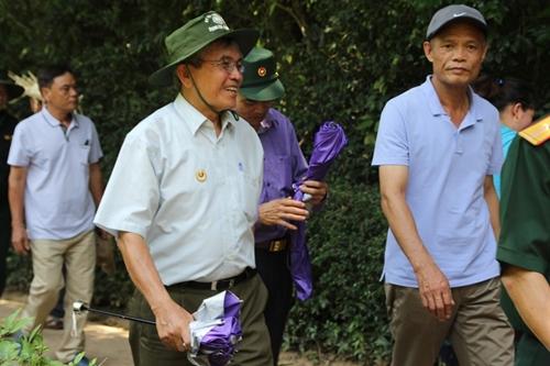 Người dân khắp mọi miền về khu di tích Kim Liên tưởng nhớ ngày sinh nhật lần 129 của Chủ tịch Hồ Chí Minh - Ảnh 5