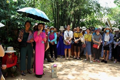 Người dân khắp mọi miền về khu di tích Kim Liên tưởng nhớ ngày sinh nhật lần 129 của Chủ tịch Hồ Chí Minh - Ảnh 8
