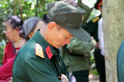 Người dân khắp mọi miền về khu di tích Kim Liên tưởng nhớ ngày sinh nhật lần 129 của Chủ tịch Hồ Chí Minh - Ảnh 9