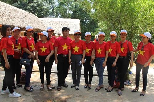 Người dân khắp mọi miền về khu di tích Kim Liên tưởng nhớ ngày sinh nhật lần 129 của Chủ tịch Hồ Chí Minh - Ảnh 10