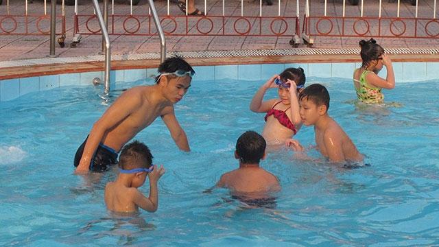 Bác sĩ chỉ cách dạy trẻ kỹ năng bơi an toàn tránh tai nạn đuối nước thương tâm - Ảnh 2
