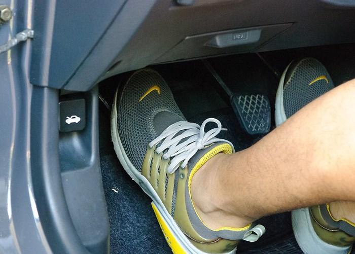 Cách tránh đạp nhầm chân ga, chân phanh khi lái ô tô để không xảy ra tai nạn - Ảnh 3