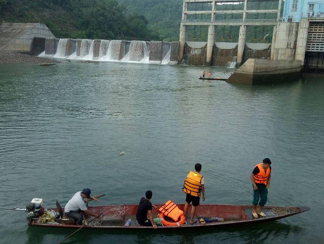 Tìm thấy thi thể nạn nhân mất tích trong vụ lật thuyền ở chân đập thủy điện - Ảnh 1