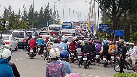 Cầu Rạch Miễu thường xuyên kẹt cứng vì sự cố giao thông - Ảnh 2