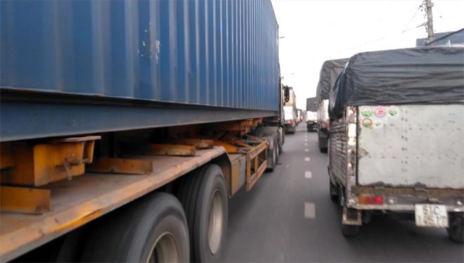 Cầu Rạch Miễu thường xuyên kẹt cứng vì sự cố giao thông - Ảnh 1