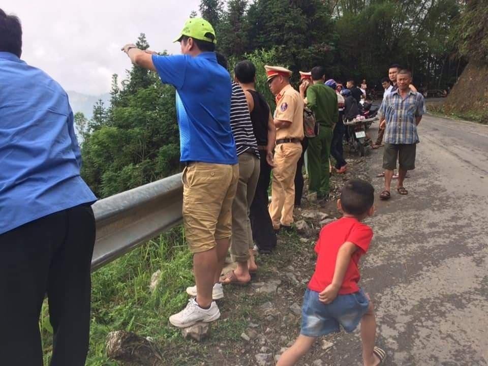 Hà Giang: Xe tải mất lái lao xuống vực sâu 400m, 2 người tử thương - Ảnh 2