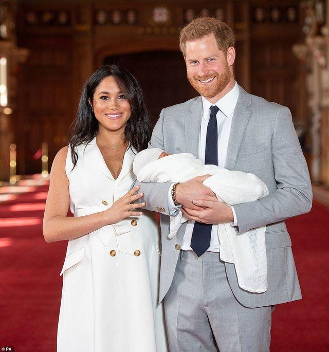 Con trai của Hoàng tử Harry và công nương Meghan lần đầu ra mắt công chúng - Ảnh 2