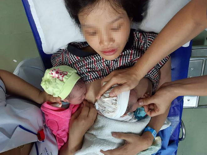 Quảng Nam: Bé song sinh bất ngờ bị mẹ đẻ rơi tại nhà vệ sinh - Ảnh 1