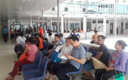 Nghệ An: Người bệnh chen chúc đi khám trong thời tiết nắng nóng gần 40 độ - Ảnh 2