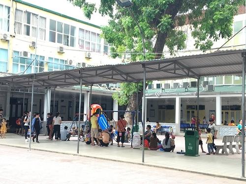 Nghệ An: Người bệnh chen chúc đi khám trong thời tiết nắng nóng gần 40 độ - Ảnh 4