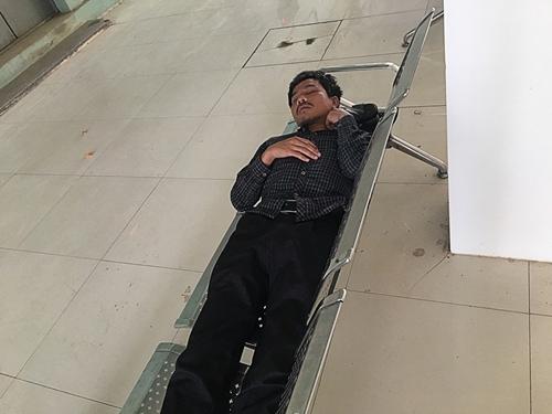 Nghệ An: Người bệnh chen chúc đi khám trong thời tiết nắng nóng gần 40 độ - Ảnh 8
