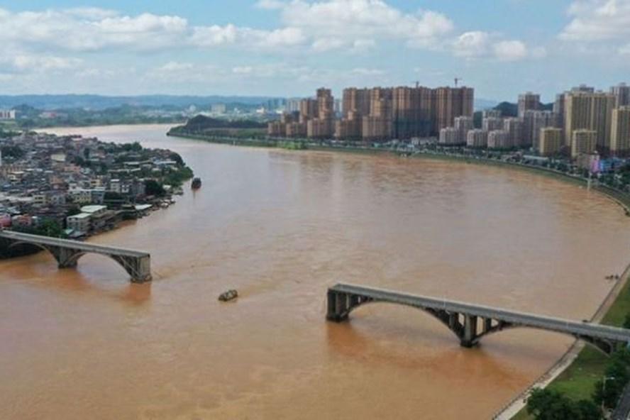 Sập cầu ở Trung Quốc, ô tô rơi xuống dòng nước lũ, chưa tìm thấy nạn nhân mất tích - Ảnh 1