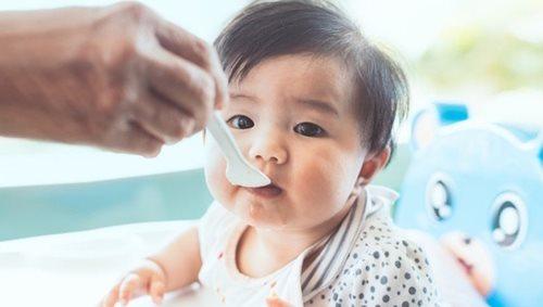 Bé trai 6 tháng tuổi tử vong vì bố mẹ cho dùng mật ong liên tục - Ảnh 1