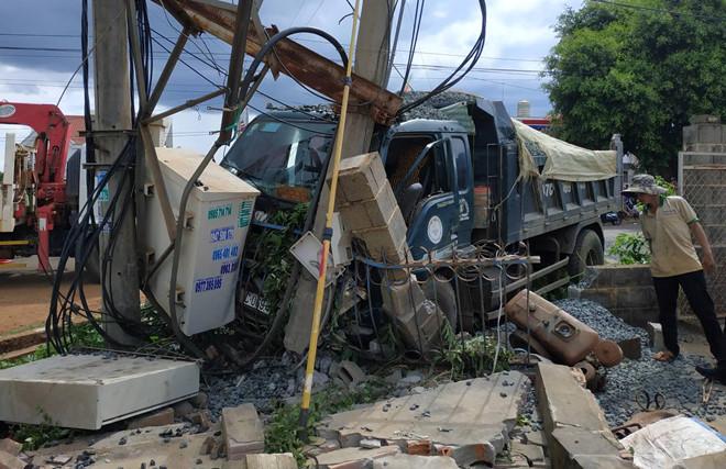 Xe tải gây tai nạn liên hoàn khiến 1 người chết, 600 hộ dân mất điện - Ảnh 2