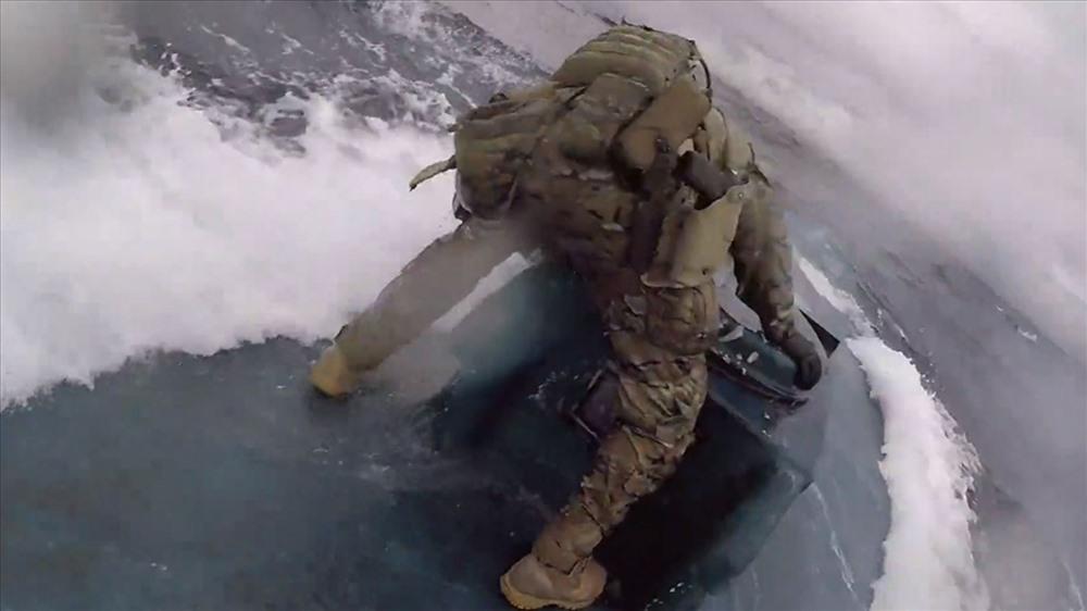 Thót tim cảnh tuần duyên Mỹ rượt đuổi tàu bán ngầm chở 17,69 tấn ma túy như phim hành động - Ảnh 1