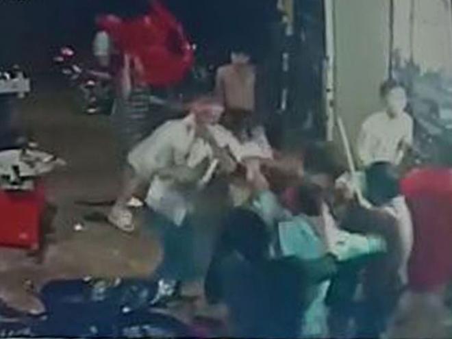 Truy tìm nhóm côn đồ hành hung hai anh em phải nhập viện cấp cứu ở Bình Phước - Ảnh 1