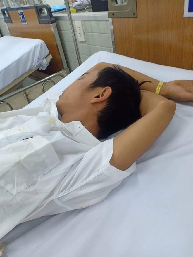Truy tìm nhóm côn đồ hành hung hai anh em phải nhập viện cấp cứu ở Bình Phước - Ảnh 2