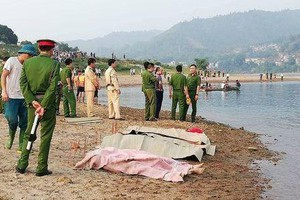 Về quê bạn chơi, 4 thanh niên chết đuối khi tắm sông Đà - Ảnh 1