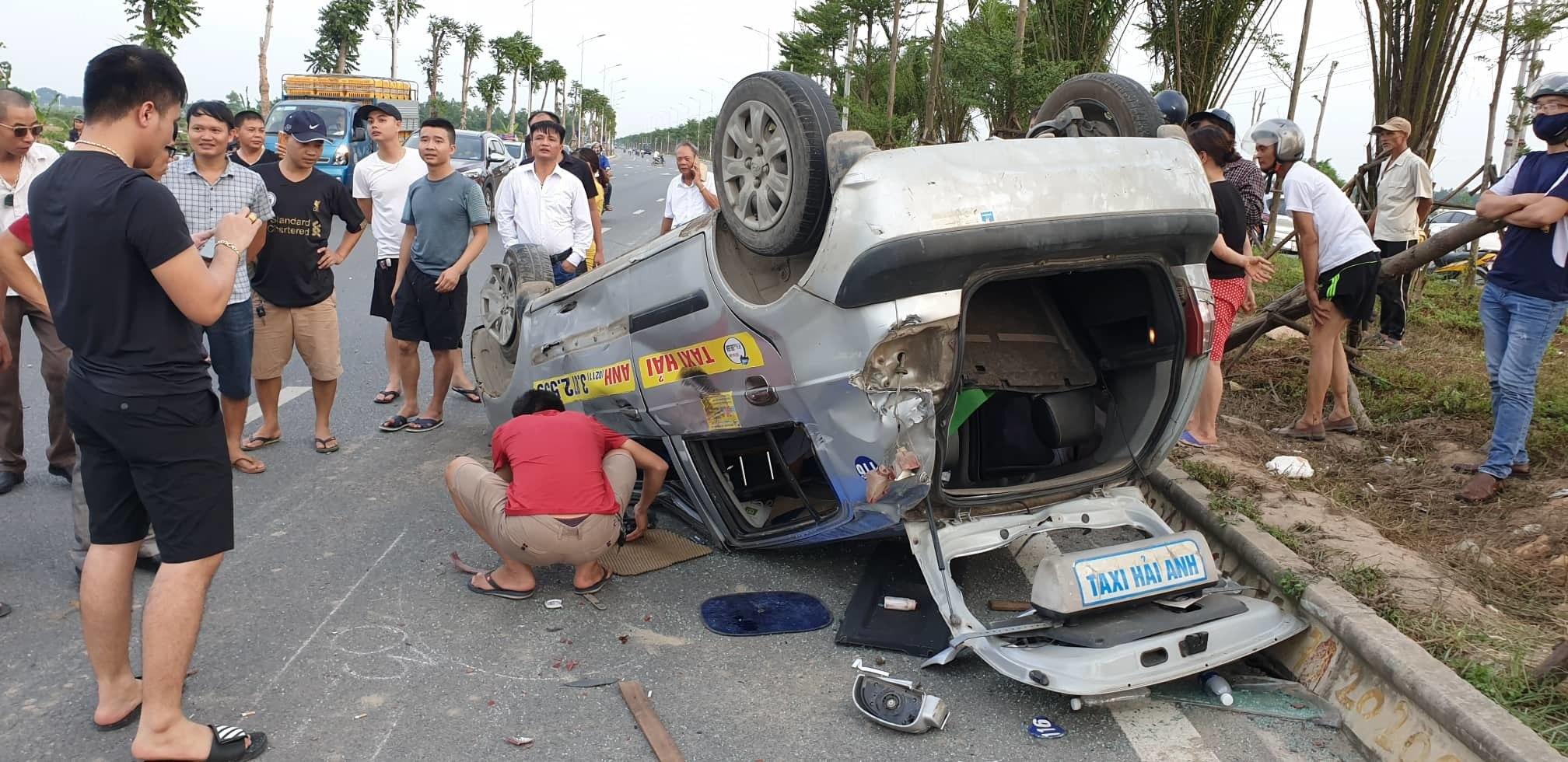 Xe ô tô gây tai nạn liên hoàn rồi bỏ chạy, 2 hành khách nhập viện cấp cứu - Ảnh 1