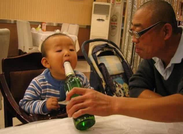 Vì sĩ diện, ông nội mớm rượu khiến cháu 1 tháng tuổi tử vong tức tưởi - Ảnh 2