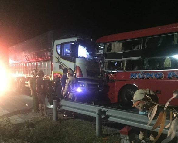 Xe khách đâm xe tải ở Nam Hải Vân, nhiều người thương vong - Ảnh 1