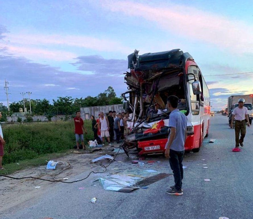 Hiện trường thảm khốc vụ xe du lịch va chạm với container ở Nghệ An khiến 15 người thương vong - Ảnh 1