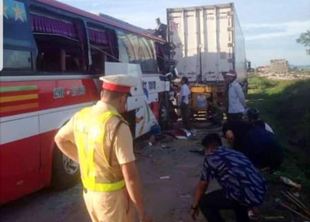 Hiện trường thảm khốc vụ xe du lịch va chạm với container ở Nghệ An khiến 15 người thương vong - Ảnh 3