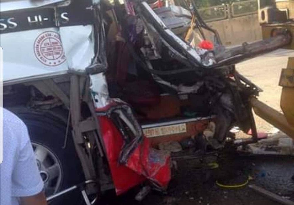 Hiện trường thảm khốc vụ xe du lịch va chạm với container ở Nghệ An khiến 15 người thương vong - Ảnh 2