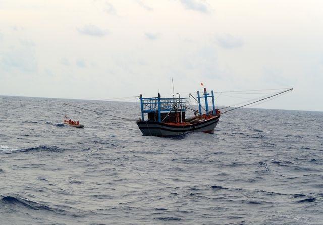 Tàu hỏng máy, 6 ngư dân Quảng Ngãi trôi dạt trên biển 9 ngày - Ảnh 1