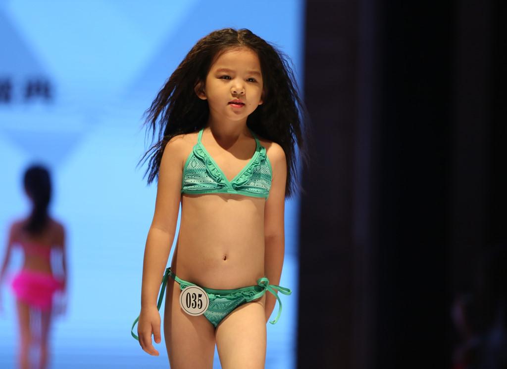 Trung Quốc: Phản cảm cảnh người mẫu nhí phải mặc đồ đông giữa nắng nóng gay gắt - Ảnh 2
