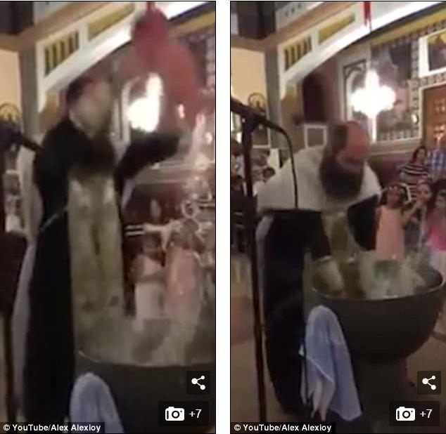 Hãi hùng cảnh linh mục làm lễ rửa tội cho trẻ như đánh vật - Ảnh 1