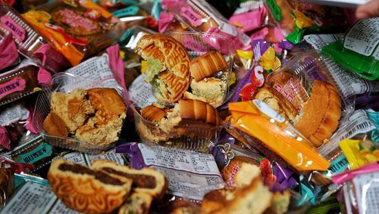 Phát hiện hàng nghìn sản phẩm bánh kẹo không rõ nguồn gốc nghi nhập lậu về Việt Nam - Ảnh 2