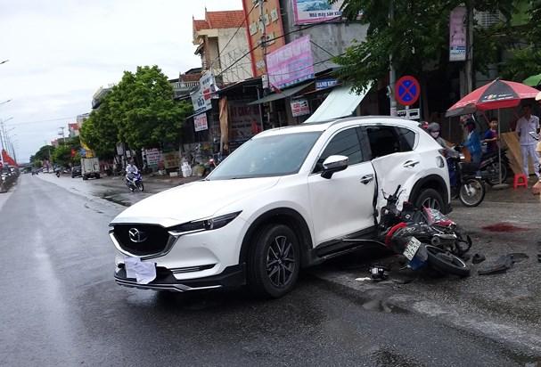 Nghệ An: Xe máy tông vào ô tô, 2 thanh niên trọng thương - Ảnh 1