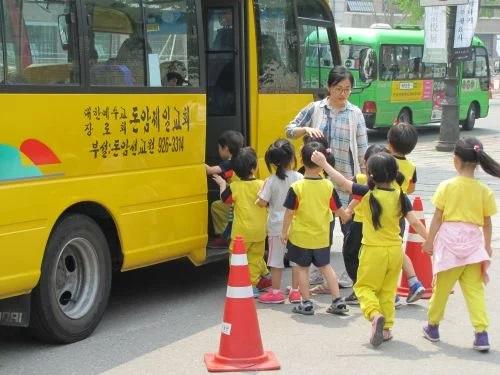 Kinh nghiệm chống nạn bỏ quên học sinh trên xe của các nước phát triển - Ảnh 3