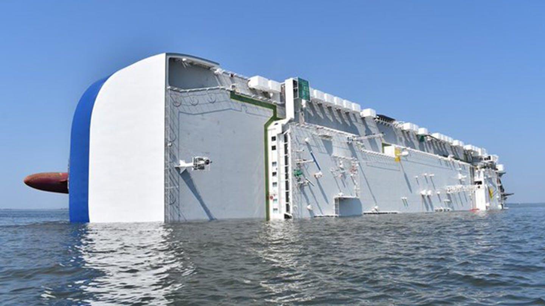 Hiện trường vụ lật tàu chở hàng nghìn xe ô tô ngoài bờ biển Mỹ - Ảnh 3