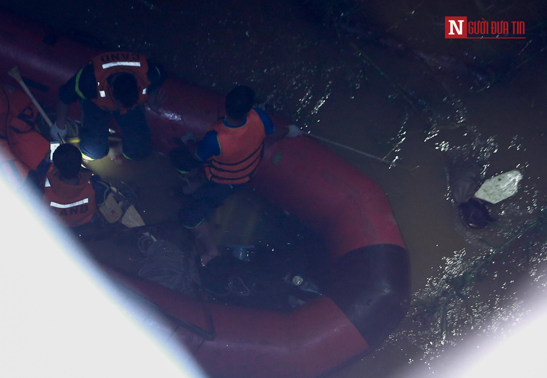 Đưa thi thể nạn nhân bị xe container húc văng xuống sông Hồng lên bờ - Ảnh 2