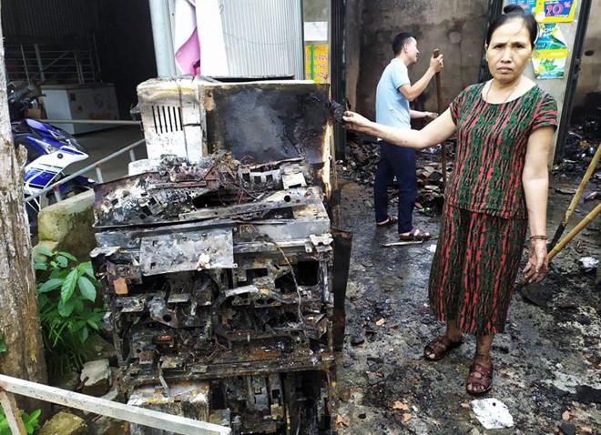 Nổ trạm biến áp ở Hà Tĩnh, nhiều nhà đân bị chập cháy đồ điện - Ảnh 1