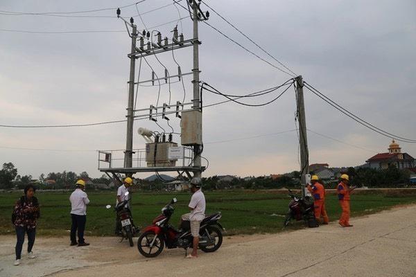 Nổ trạm biến áp ở Hà Tĩnh, nhiều nhà đân bị chập cháy đồ điện - Ảnh 2