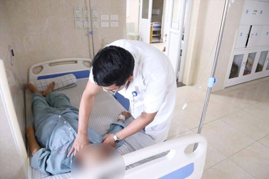 Chữa ung thư vú bằng thuốc nam, nữ bệnh nhân nằm chờ chết do hoại tử - Ảnh 1