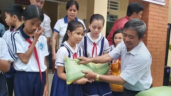100 học sinh nghèo ở Phú Quốc được tặng hơn 2 tấn gạo ăn Tết - Ảnh 1