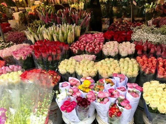 Bí quyết để giữ hoa luôn tươi trong ngày Tết - Ảnh 1