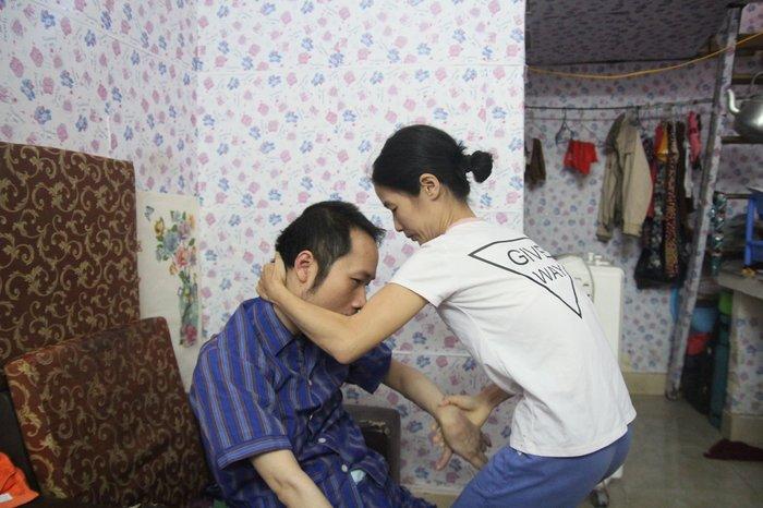 Cổ tích giữa đời thường: Những người phụ nữ chăm chồng tàn tật hàng thập kỷ - Ảnh 4